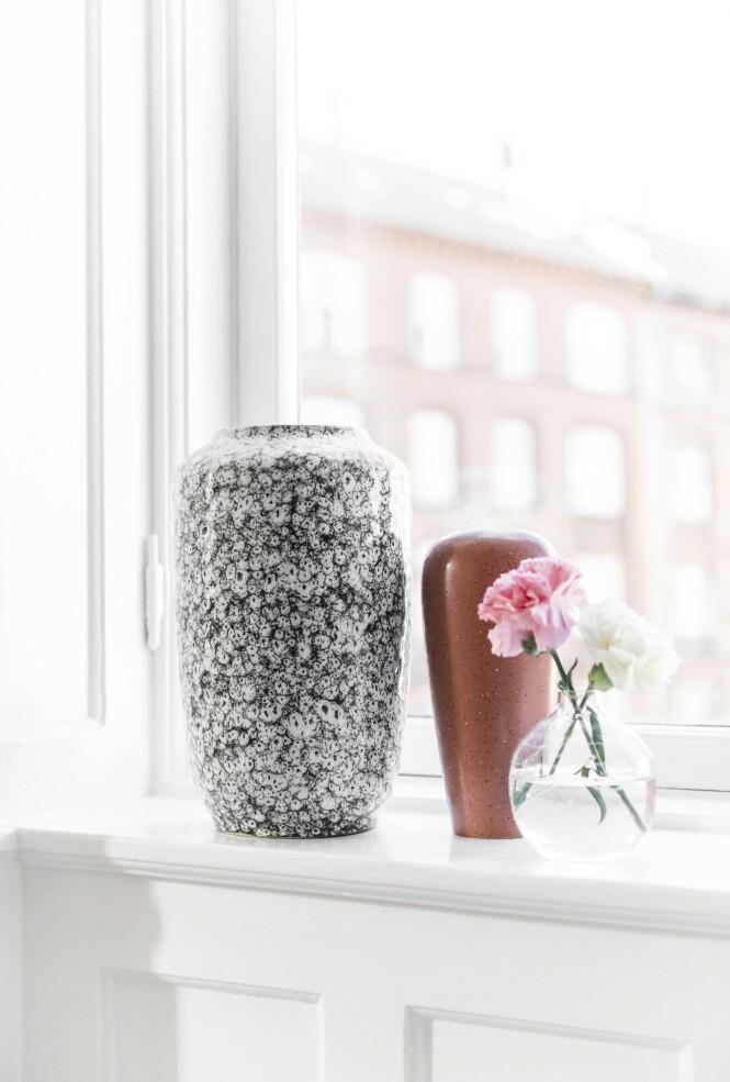 Stort sett alle TIldes vaser er kjøpt på loppemarked. Hun flytter ofte rundt på dem, og lager fine, små samlinger. Foto: Benjamin Lee Rønning Lassen