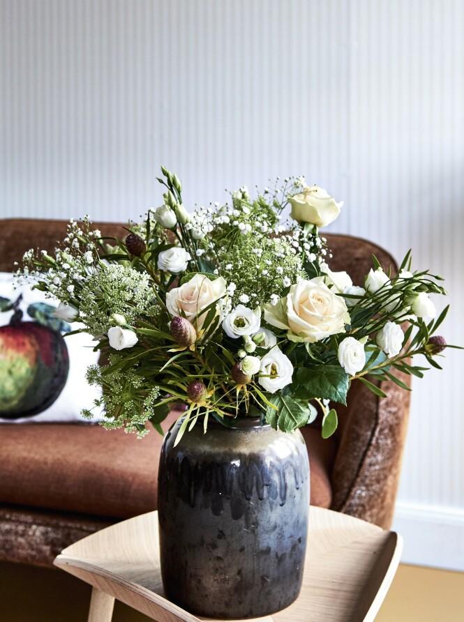 Tradisjonelle blomster som roser og brudeslør passer den oldemorsinspirerte stilen. Bord fra Make Nordic og vase fra Broste. Foto: Martin Panduro