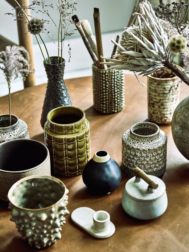 Alt behøver ikke å være i samme sett, det er bare fint med litt variasjon i form, farge og størrelse. Vaser og krukker fra Bloomingville, Madam Stoltz, Au Maison og House Doctor. Foto: Martin Panduro