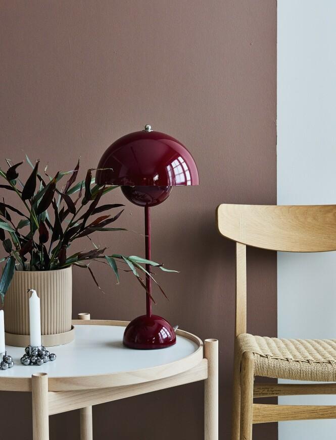 Kombiner de lyse tremøblene med dype nyanser av rødt. FlowerPot-bordlampe, CH23-stol, krukke fra Bloomingville og lysestake fra Gejst. Foto: Martin Panduro
