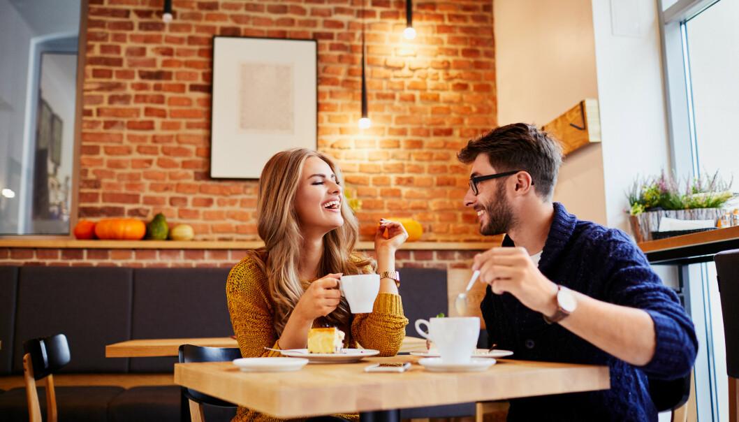 SMÅPRAT: «Har du vært her før?», «hva synes du om maten?» eller «kjenner du mange her?», er eksempler eksperten mener man kan bruke. Foto: NTB Scanpix