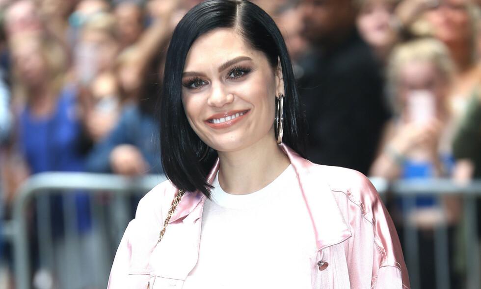 SELVIRONI: Sangstjernen Jessie J legger ikke skjul på at tatoveringen hun har på den ene hoften ikke er av den mest gjennomtenkte typen. Foto: NTB scanpix