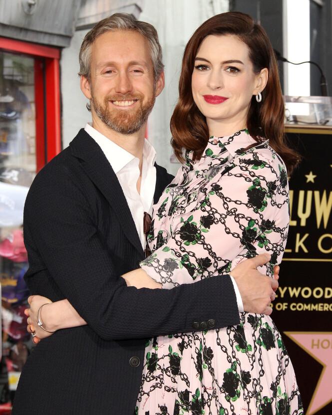 LYKKELIG GIFT: Anne Hathaway og ektemannen Adam Shulman giftet seg i 2012, og fikk sønnen Jonathan fire år senere. Foto: NTB scanpix