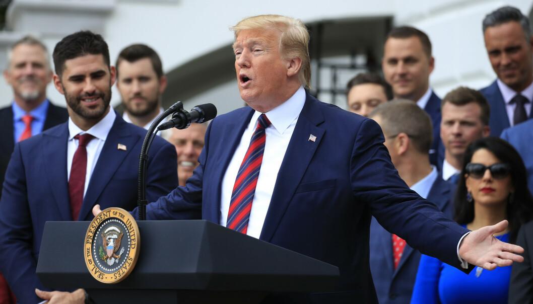 President Donald Trump lover amerikanske bønder at toll virker bedre enn handelsavtaler. Her er han under en seremoni til ære for baseball-laget Boston Red Sox. Foto: Manuel Balce Ceneta / AP / NTB scanpix
