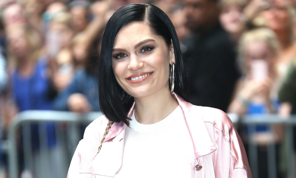 SELVIRONI: Sangstjerna Jessie J legger ikke skjul på at tatoveringen hun har på den ene hoften ikke er av den mest gjennomtenkte typen. Foto: NTB scanpix