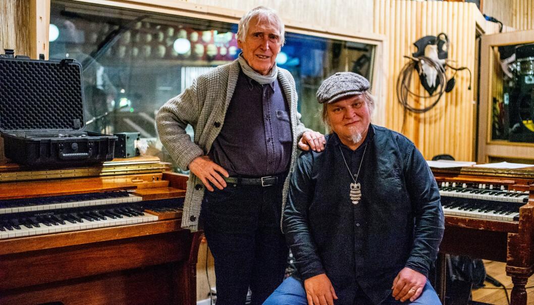 SKJELLSETTENDE MØTE: Knut Reiersrud (t.h.) traff Alf Cranner første gang under en togtur i 1997, og glemte ikke møtet. Nå har han produsert hans første album på 13 år, og tatt med seg bandet sitt i studio. Foto: Nicolay Woldsdal