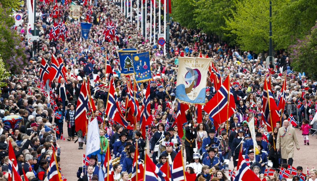 De siste årene har barnetoget i Oslo fått ekstra oppmerksomhet fra politiet. I fjor var sidegater til paradegaten Karl Johan sperret av med busser og politibiler, og selve toget er blitt passet på av væpnet politi. Foto: Heiko Junge / NTB scanpix