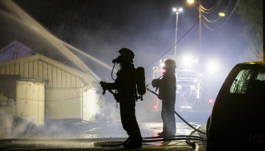 SLOKKING: Slokkearbeidet på brannstedet tok flere timer i natt og i dag tidlig. Brannvesenet driver fortsatt med etterslokking. Foto: Håkon Mosvold Larsen / NTB scanpix