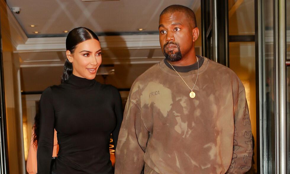 FIREBARNSFORELDRE: Tidligere denne uken fikk Kim Kardashian West og Kanye West sitt fjerde barn sammen. Nå er mange spente på det første bildet, og ikke minst navneavsløringen. Foto: NTB Scanpix