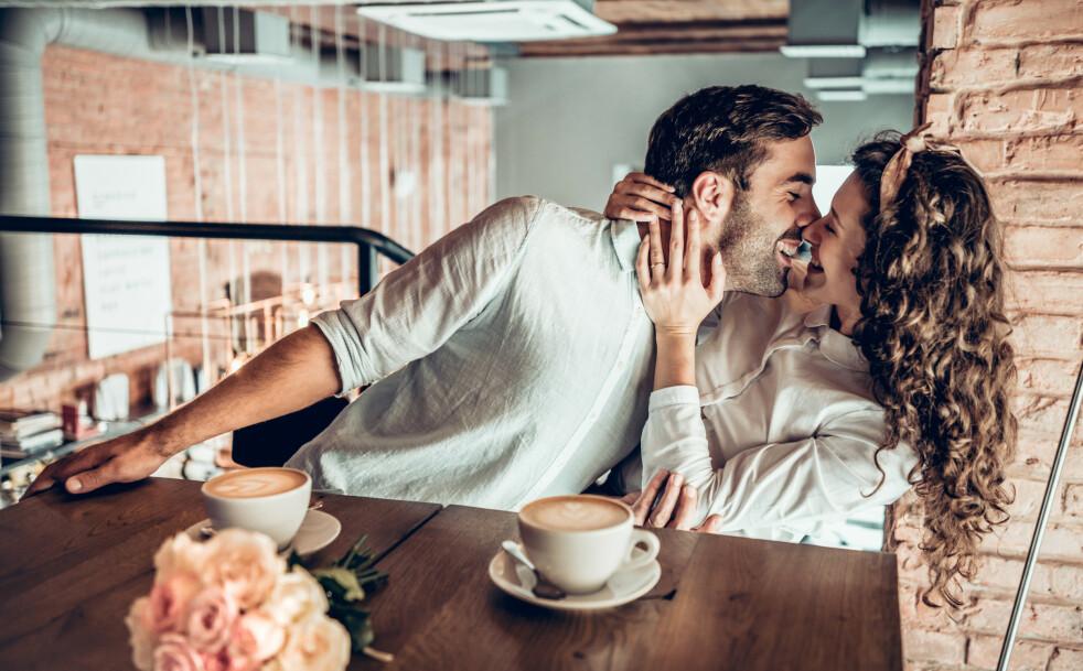 FØLER DEG VERDSATT: En bukett med blomster, en kaffekopp eller et uventet kyss kan gjøre at du føler deg verdsatt og ønsket. FOTO: NTB Scanpix
