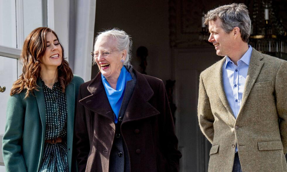 ENORME SUMMER: Den danske kongefamilien har fri tilgang til sin egen vogn når de skal ut og reise med tog. Det er imidlertid ikke billig. Her er kronprinsesse Mary, dronning Margrethe og kronprins Frederik avbildet under dronningens bursdagsfeiring i april. Foto: NTB Scanpix
