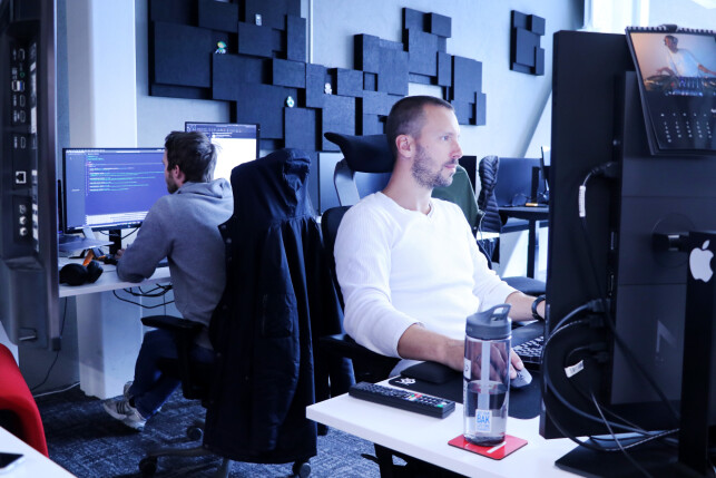 Utviklerne i TV 2 Sumo bruker en hel haug ulike teknologier og språk for å sette sammen tjenesten sin. De velger det som passer best for oppgaven. 📸: Ole Petter Baugerød Stokke