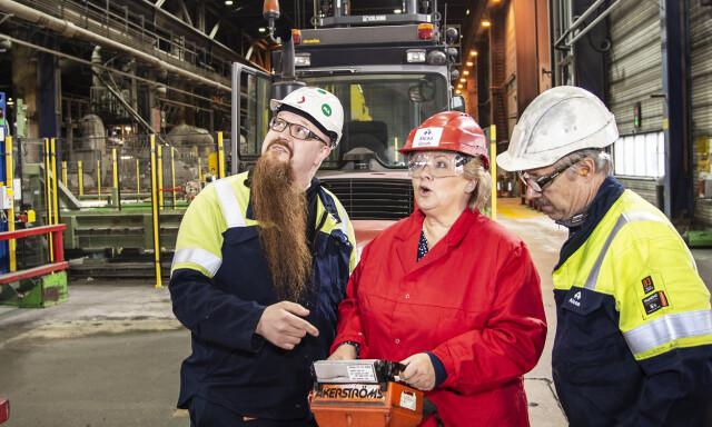 0b1618d7 BEST TIL Å STYRE: Her styrer Erna Solberg en traverskran i  støperiavdelingen ved aluminiumsbedriften Alcoa