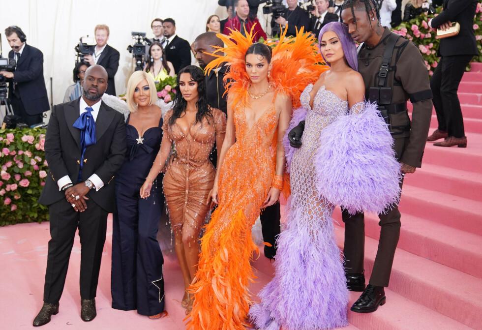 BLE HUN GLEMT?: Da Kris Jenner (t.v.) markerte den amerikanske morsdagen i går, hyllet hun alle døtrene sine - med unntak av Kendall Jenner (i oransje). Her er Corey Gamble, Kris Jenner, Kim Kardashian West, Kanye West, Kendall Jenner, Kylie Jenner og Travis Scott på MET-gallaen forrige uke. Foto: NTB scanpix