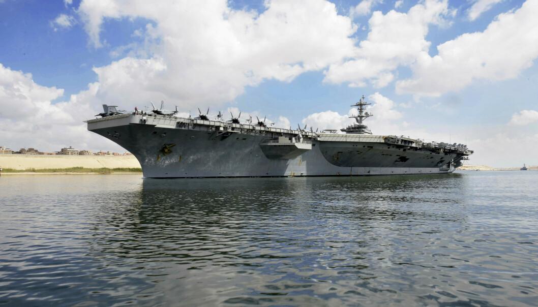 SENDER HANGARSKIP: Det amerikanske hangarskipet USS «Abraham Lincoln» på vei gjennom Suez-kanalen torsdag i forrige uke, dagen etter at Washington opplyste at landet sender fartøyet og B-52-bombefly til Persiabukta. Foto: AP / NTB Scanpix