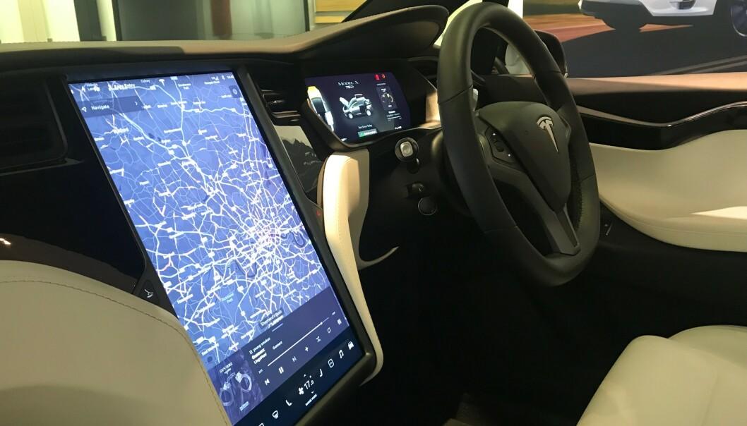 <strong>TEKNIKK:</strong> Moderne teknologi på elbilene og Tesla (Model 3), som for eksempel elektriske duppeditter, er mye av årsaken til barnesykdommene. Foto: Øystein B. Fossum