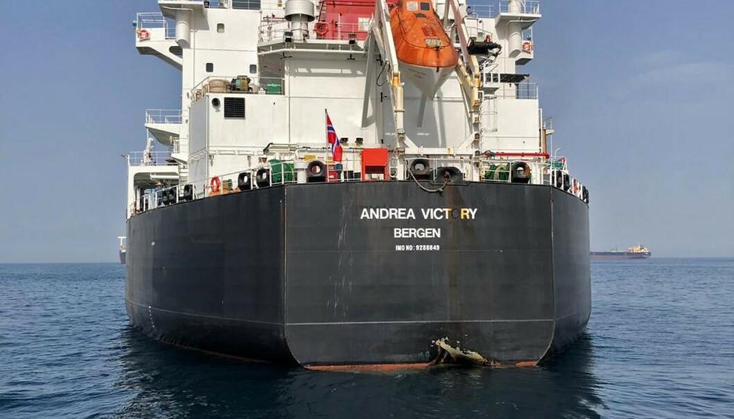 STORT HULL: «Andrea Victory»s akterende har et stort hull i akterenden av skroget etter det angivelige angrepet. Foto: Emiratiske myndigheter / AFP / NTB Scanpix