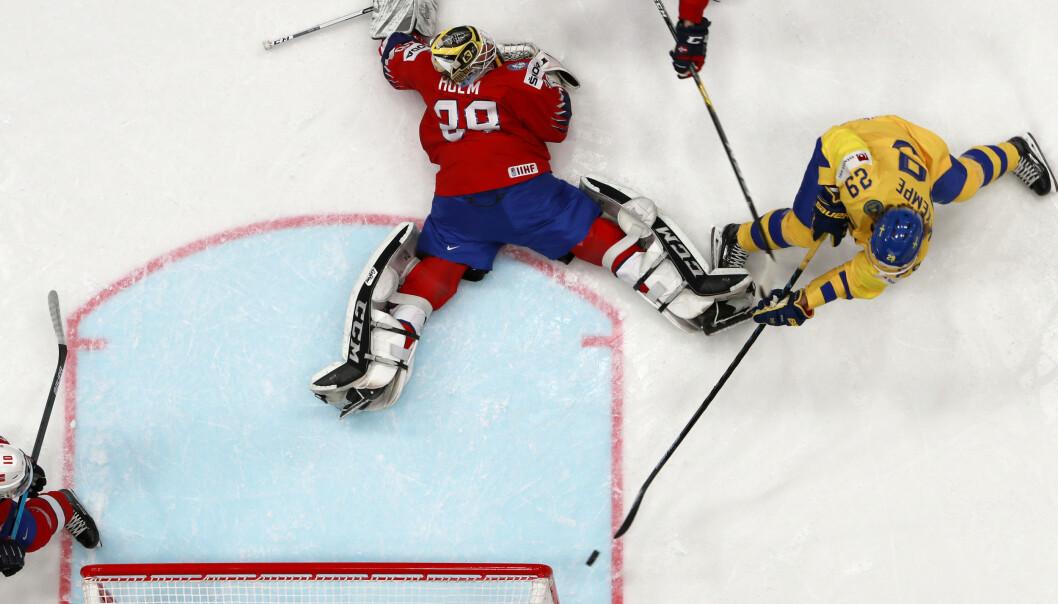 Norge ble utspilt og knust av «storebror» Sverige i ishockey-VM mandag. (Foto: Tore Meek / NTB scanpix).