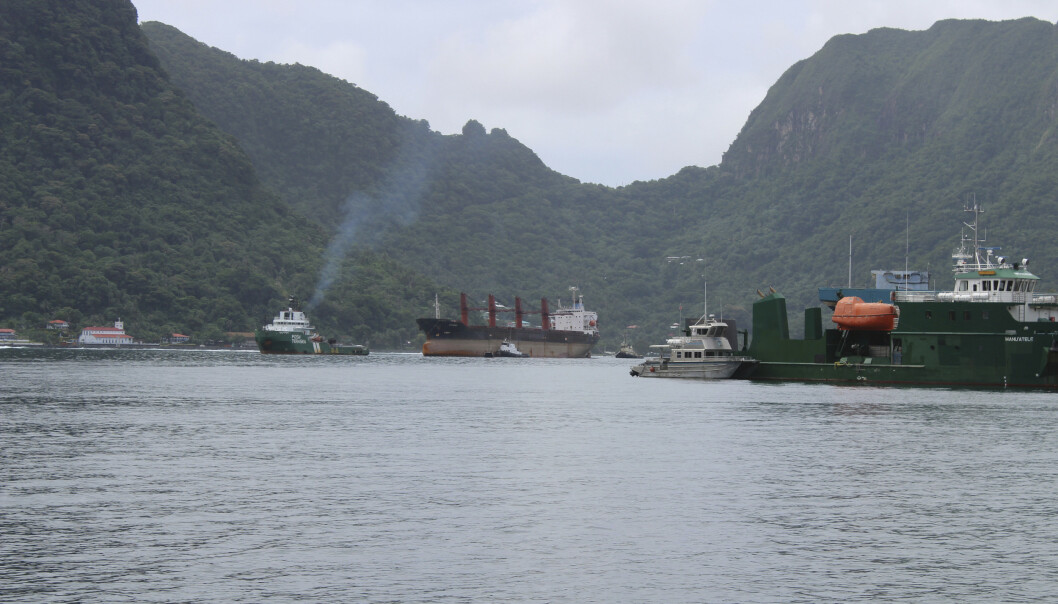 Det nordkoreanske lasteskipet «Wise Honest» taues inn til havnen i Pago Pago i Amerikansk Samoa. Foto: Fili Sagapolutele / AP / NTB scanpix