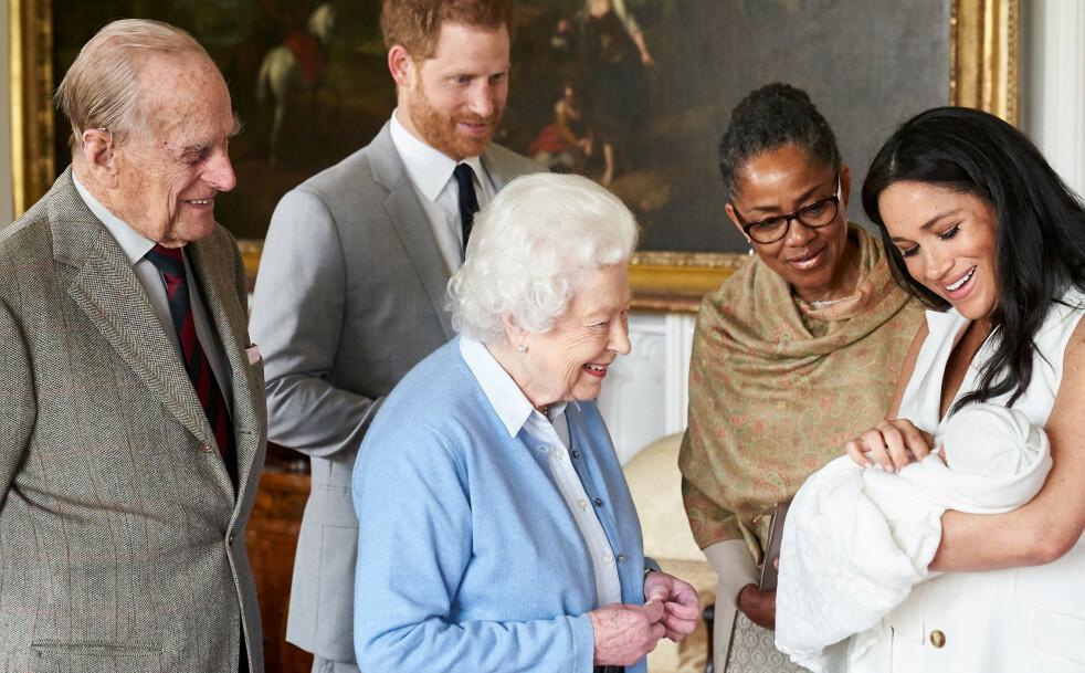 FAMILIEIDYLL: To dager etter fødelsen fikk de nybakte foreldrene Meghan og Harry besøk av dronning Elizabeth og prins Philip på Windsor Castle. Her med Meghans mor Doria Ragland. Archie Harrison er Elizabeth og Philips åttende oldebarn. FOTO: NTB Scanpix