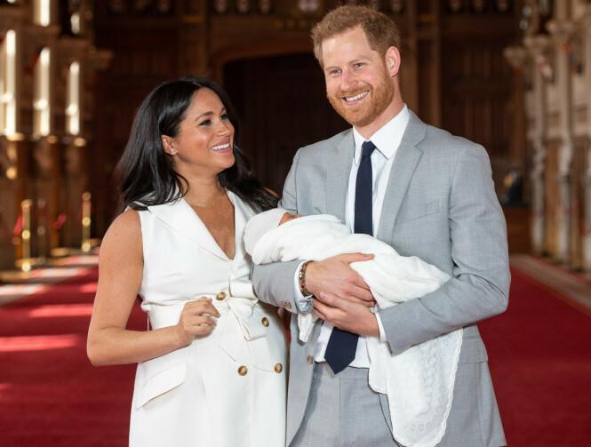 LYKKELIGE: Det er ingen tvil om at lykken er komplett for hertugparet av Sussex. Her fra da de viste frem sønnen Archie Harrison på Windsor Castle for aller første gang - to dager etter fødselen 6. mai 2019. FOTO: NTB Scanpix