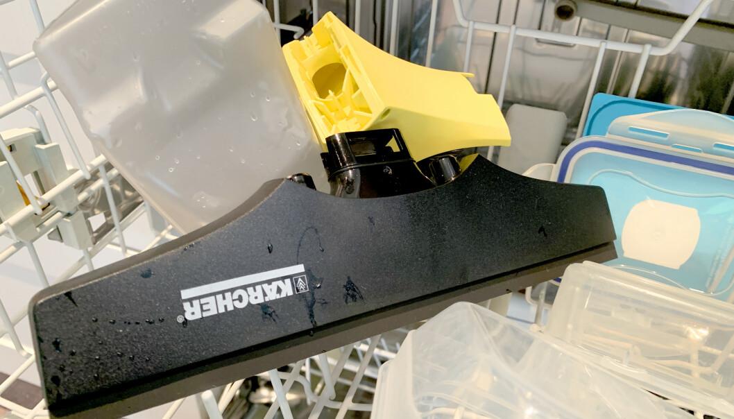 <strong>PRAKTISK:</strong> Du kan demontere både tank og nal fra vindusvaskerne fra Kärcher og Electrolux - og vaske dem i oppvaskmaskinen. Men det kan du ikke gjøre med Bosch' vindusvasker. Foto: Kristin Sørdal