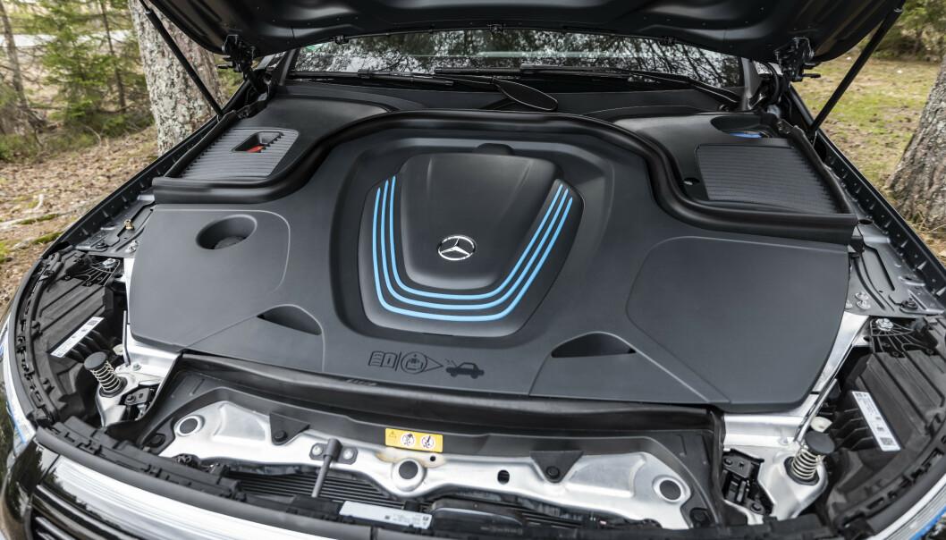 FULLT: Mercedes har valgt å tette igjen med plastdeksler, fremfor å lage rom for ladekabel.