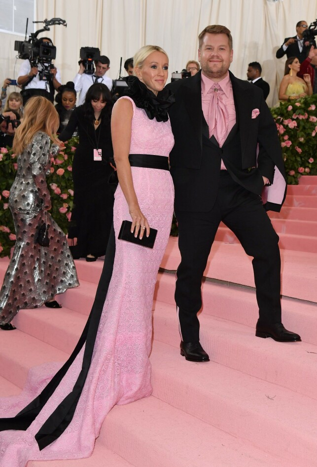 TREBARNSFORELDRE: James Corden med kona Julia Carey på MET-gallaen tidligere denne måneden. Foto: NTB Scanpix