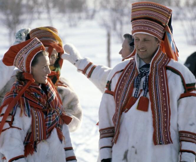 I KOFTE: Da kronprinsparet besøkte Finnmark i 1969 var de ikledd samedrakter, pesk, som er laget av hvitt reinsdyrskinn. FOTO: Aftenposten / NTB Scanpix