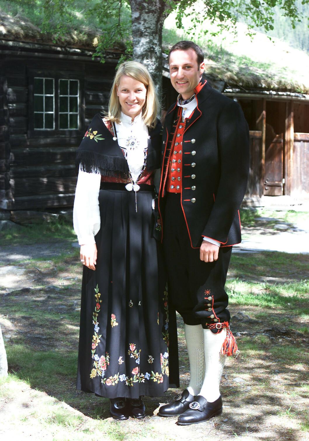 FLOTT PAR: Kronprinsparet fotografert utenfor Valdres Folkemuseum på Fagernes, i anledning museets 100-årsjubileum. Mette-Marit Tjessem Høiby, som hun på denne tiden het ettersom hun ennå ikke hadde giftet seg med kronprinsen, var ikledd rogalandsbunad, mens kronprins Haakon var ikledd Fanabunad. FOTO: NTB Scanpix