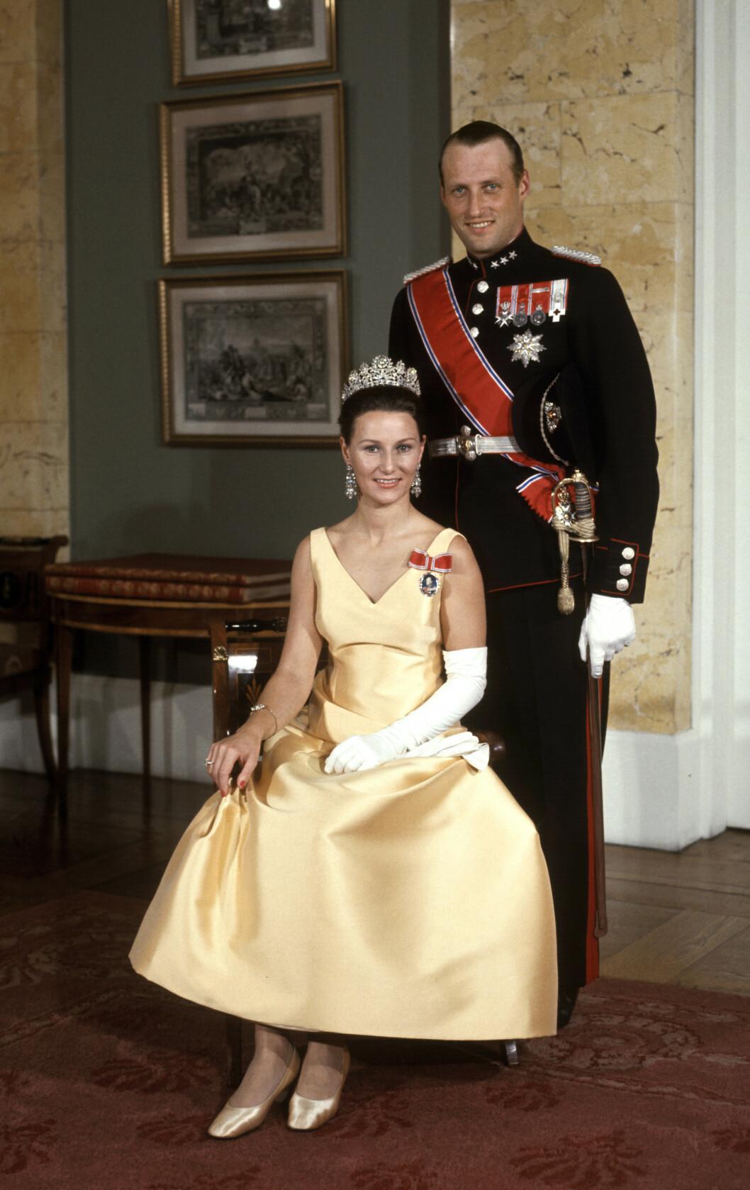 GALLA: Kronprinsparet fotografert høsten 1969. Kongen bar uniform, mens kronprinsesse Sonja var ikledd en kledelig gul kjole. FOTO: NTB Scanpix