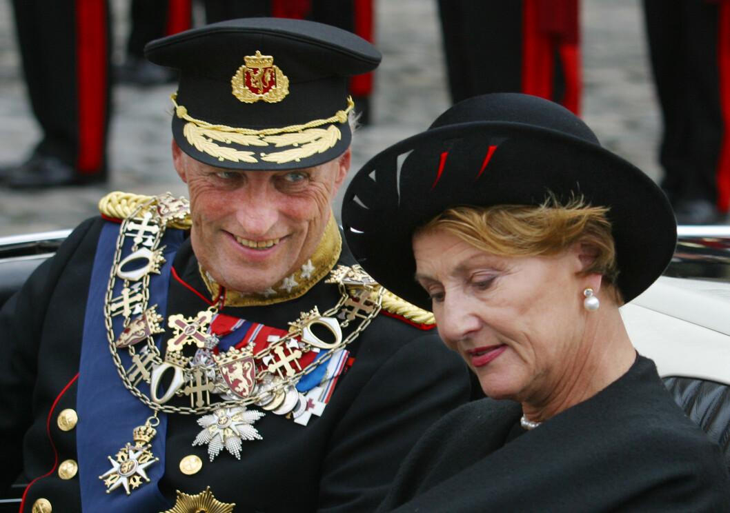 UNIFORM: Det vi derimot har sett kongen i opptil flere ganger, er uniform. Her fra åpningen av Stortinget i 2002. Kong Harald i uniform med diverse utmerkelser, mens dronning Sonja bar en mørk drakt. FOTO: NTB Scanpix