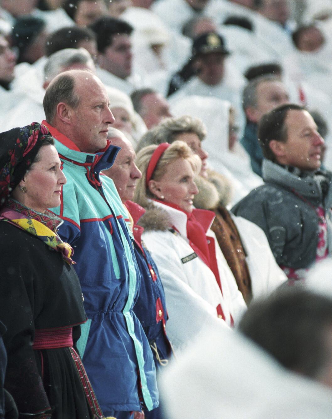 OL'94: Under åpningsseremonien av Vinter-OL på Lillehammer i 1994 var dronningen ikledd bunad, mens kongen brukte den karakteristiske 90-tallsbobledressen. FOTO: NTB Scanpix