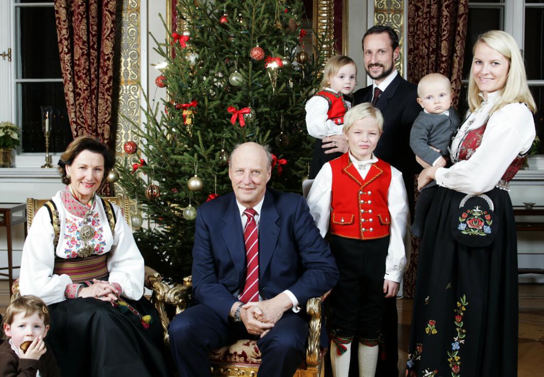 JULEFEIRING: Flere av kongefamiliens medlemmer bruker bunaden også i julehøytiden. Her er kongefamilien fotografert på Slottet i 2006. FOTO: NTB Scanpix