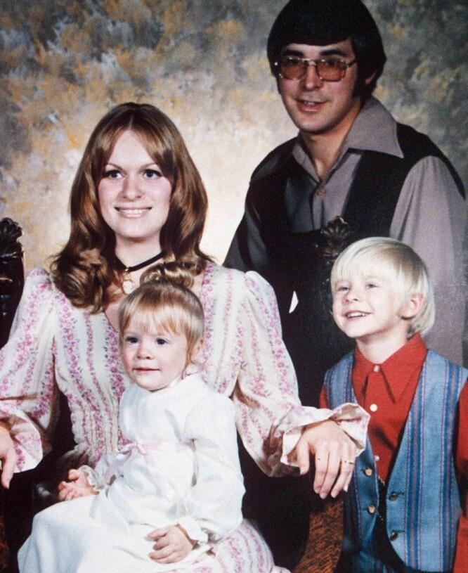 HOS FOTOGRAFEN: Kurt og lillesøster med mor og far hos fotografen. Bare få år etter var skilsmissen et faktum. FOTO: NTB Scanpix