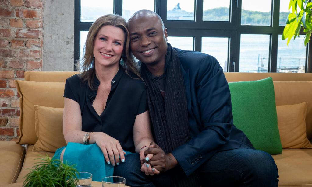 STILTE SAMMEN TIL INTERVJU: Märtha Louise og hennes nye kjæreste, den selvutnevnte «sjamanen» Durek Verrett stilte til intervju hos TV 2 torsdag morgen. Foto: TV 2