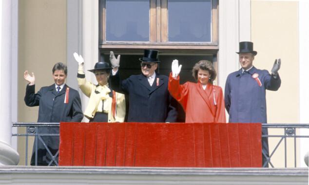 ELDRE: Märtha i 1988 sammen med prins Haakon, kronprinsesse Sonja, kong Olav og kronprins Harald. Foto: NTB Scanpix