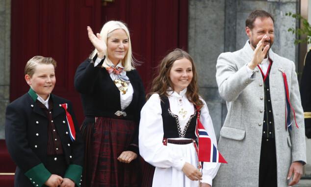 PÅ SKAUGUM: Kronprinsfamilien starter nasjonaldagen på Skaugum. Også i år skal de hilse på barnetoget. Her avbildet på trappa i fjor. Foto: NTB Scanpix
