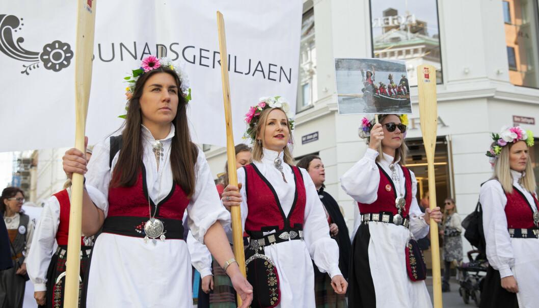 FORSTÅELIG: Det saklige innholdet i bunadsgeriljaens opprør er høyst forståelig, skriver innsenderen. Her demonstrerer bunadsgeriljaen mot kutt og nedleggelser i pasienttilbudet i distriktene med et demonstrasjonstog i Oslo 14. mai. Foto: Ryan Kelly / NTB scanpix