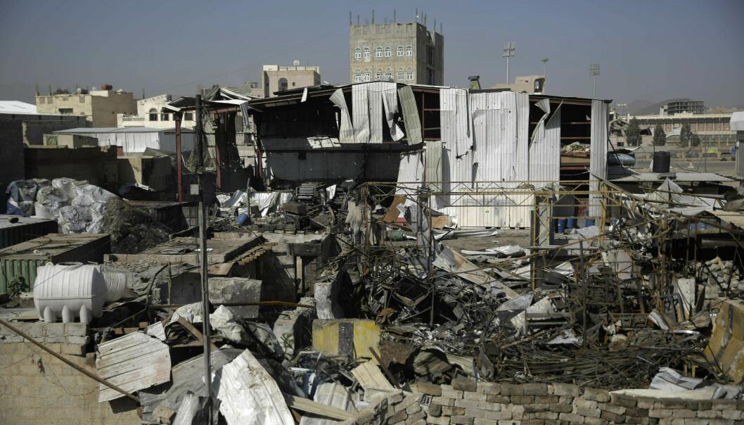 Bildet viser ødeleggelsene fra et flyangrep i Sana i april. Foto: Hani Mohammed / AP / NTB scanpix