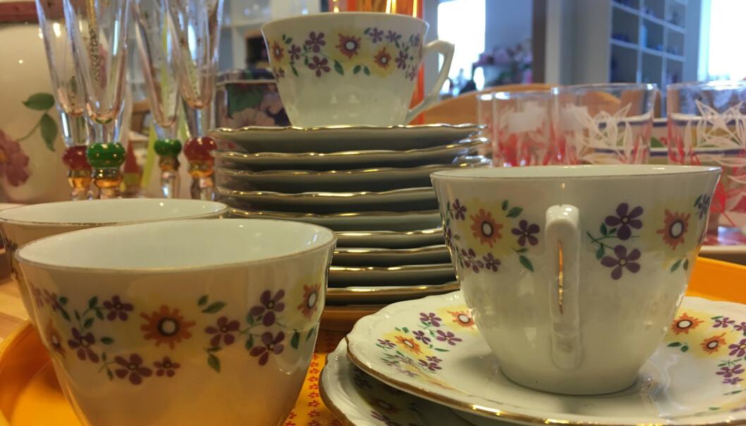 <strong>KOMBINER:</strong> Hva med gamle kopper til nye asjetter? Trenden er å blande gammelt og nytt - brukt og ubrukt. FOTO: Ina Kjøstvedt.