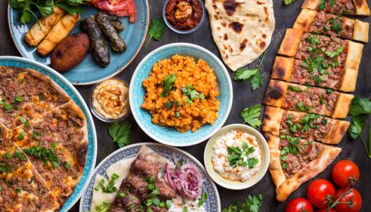 <strong>TYRKISK:</strong> Mer og mer av maten vi spiser er småmat som vi deler. Tradisjonelt nordisk servise blir mindre aktuelt. FOTO: Shutterstock/NTB Tema.
