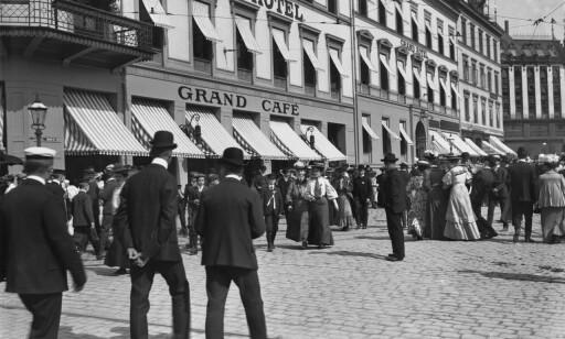 LANGE TRADISJONER: 17. mai-feiring i Karl Johans gater utenfor Grand Café var også populært i 1906, men det var ikke like trangt om plassen. Arkivfoto: Grand Cafe