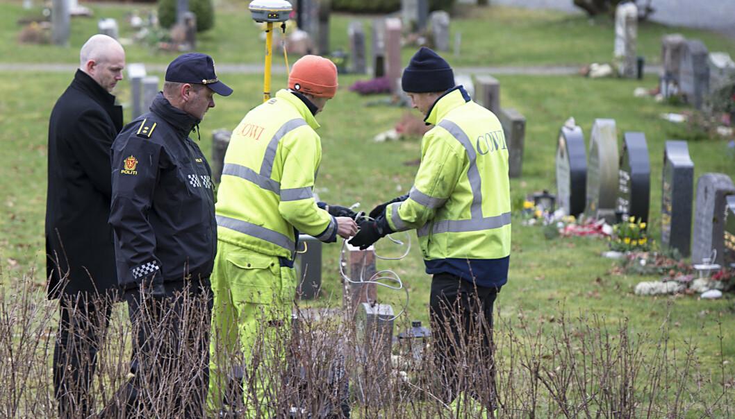 Her fra da politiet sammen med firmaet Cowi skannet flere graver på gravplassen i april. Foto: Marit Hommedal / NTB scanpix