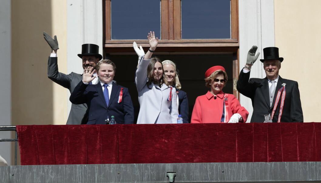 TRADISJON: Kongeparet og kronprinsparet er på plass på slottsbalkongen for å vinke til barnetoget. Foto: NTB Scanpix