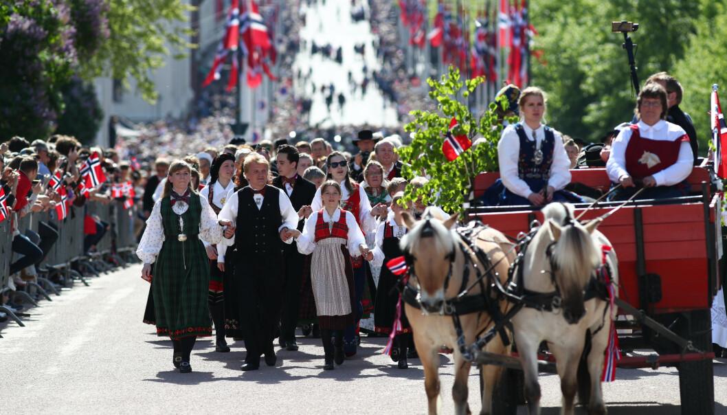 Feiring av 17. mai i Oslo sentrum. Bunadskledde kvinner og menn, samt hest og kjerre opp hovedstadens paradegate Karl Johan. Foto: Ryan Kelly / NTB scanpix