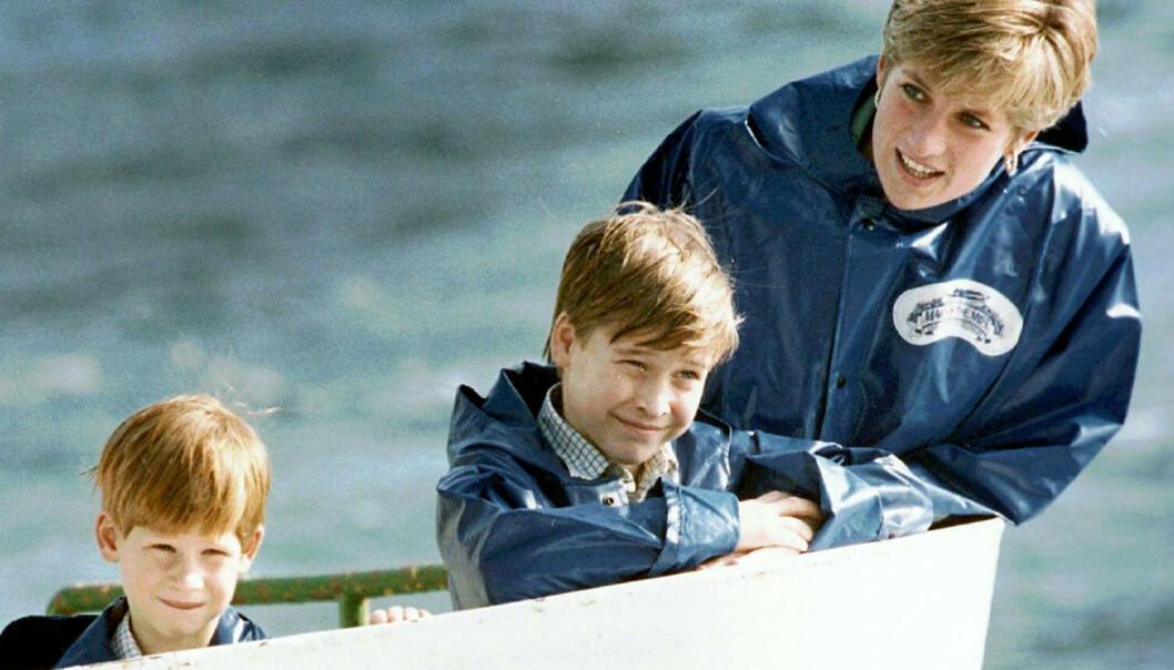 MISTET MORA: Prins William, midt i bildet, er åpen om tapet av mora. Her sammen med broren prins Harry og mor prinsesse Diana under et besøk i Niagara Falls i 1991. Harry og William var henholdsvis sju og ni år på dette tidspunktet. Foto: Hans Deryk/Canadian Press via AP