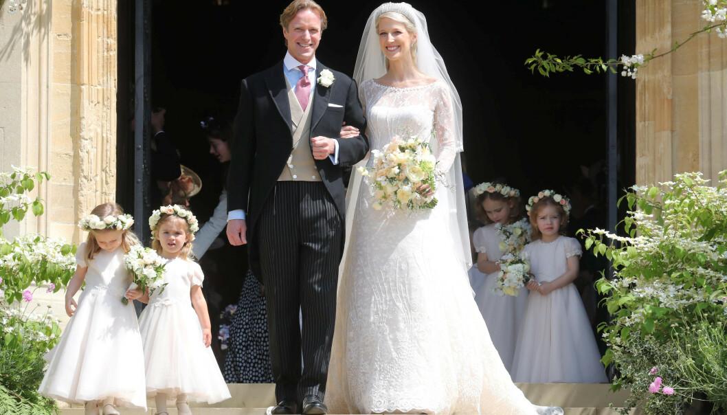 <strong>HURRA:</strong> Hundrevis av gjester hadde møtt opp for å feire det nygifte paret. Tradisjonen tro, poserte de utenfor kapellet etter vielsen. Foto: NTB scanpix