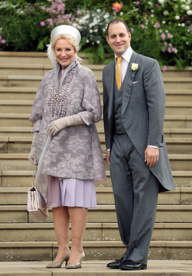<strong>STOLTE:</strong> Prinsesse Michael av Kent og sønnen Frederick poserte på kirketrappen. Foto: NTB scanpix