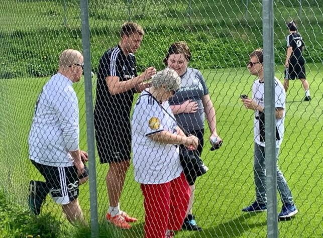 I GODT HUMØR: Nicklas Bendter tok seg god tid til å skrive autografer på Rosenborg-treninga lørdag. Foto: Tore Ulrik Bratland